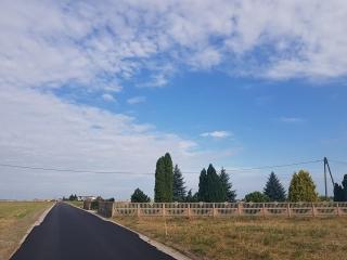 Powstaje nowa nawierzchnia asfaltowa na drodze gminnej Kaźmierzewo-Ustronie